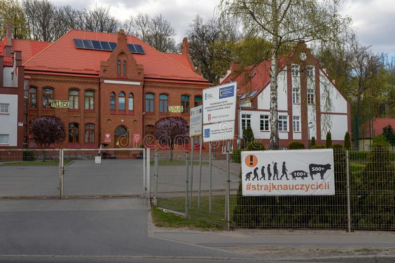 Czluchow, pomorskie/Polônia - abril, 22, 2019: Escola agrícola na Europa Central Cartazes na construção da escola pública imagens de stock