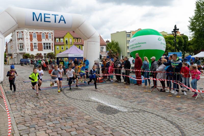 Czluchow, pomorskie/Polen - Mai, 25, 2019: Tura Run - Stra?enwettbewerb in einer Kleinstadt Leichtathletikwettbewerb nannte nachh lizenzfreie stockfotos