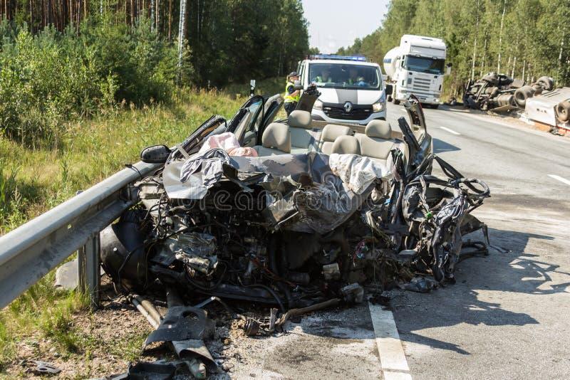 czołowy karambol Volvo i ciężarówka z tankowem dla transportu benzyna , w Latvia na A9 drodze, Sierpień 17, 2018 obraz royalty free