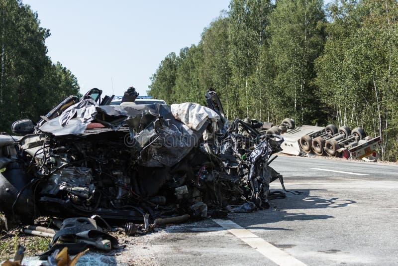 czołowy karambol Volvo i ciężarówka z tankowem dla transportu benzyna , w Latvia na A9 drodze, Sierpień 17, 2018 zdjęcie stock