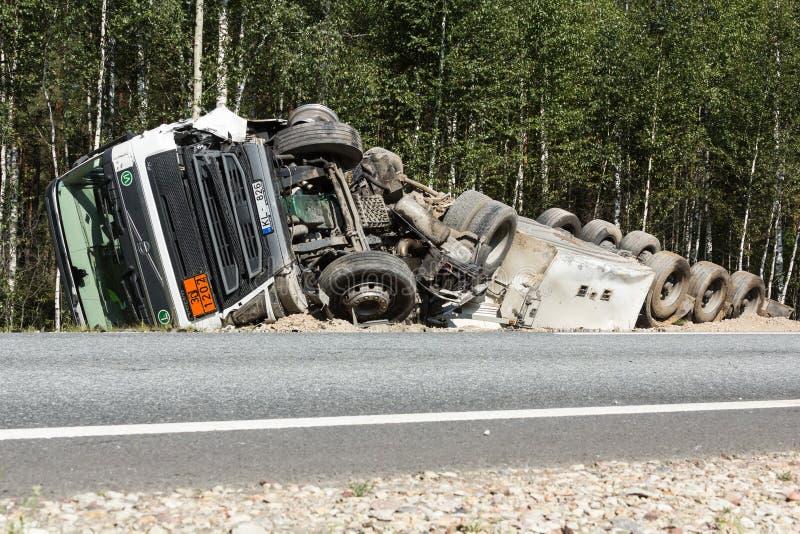 czołowy karambol Volvo i ciężarówka z tankowem dla transportu benzyna , w Latvia na A9 drodze, Sierpień 17, 2018 obraz stock