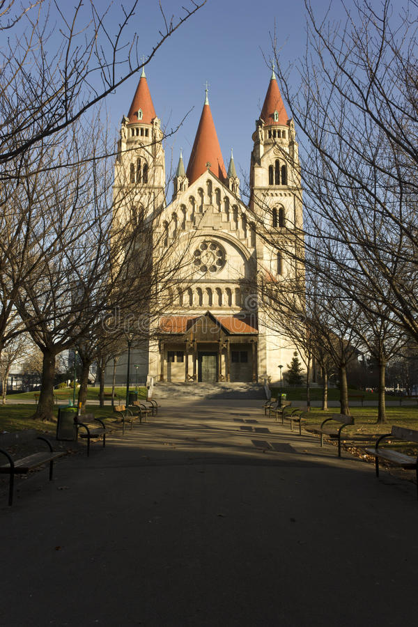 Czołowy widok StFrancis Assisi kościół w Wiedeń obrazy royalty free