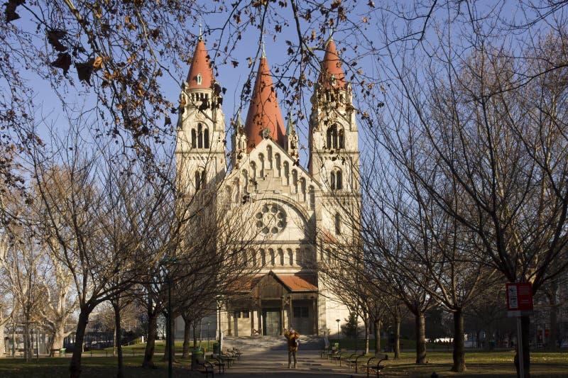 Czołowy widok StFrancis Assisi kościół w Wiedeń obraz royalty free