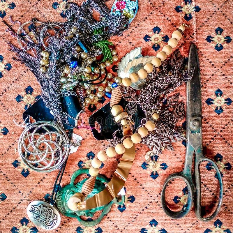 Czochrający W górę Antykwarskiej biżuterii z nożycami zdjęcia stock