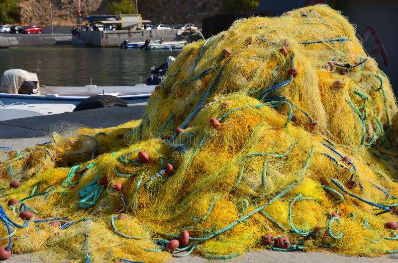 Czochrający w górę starych sieci rybackich w wiosce rybackiej Chora Sfakion, Crete Grecja fotografia stock