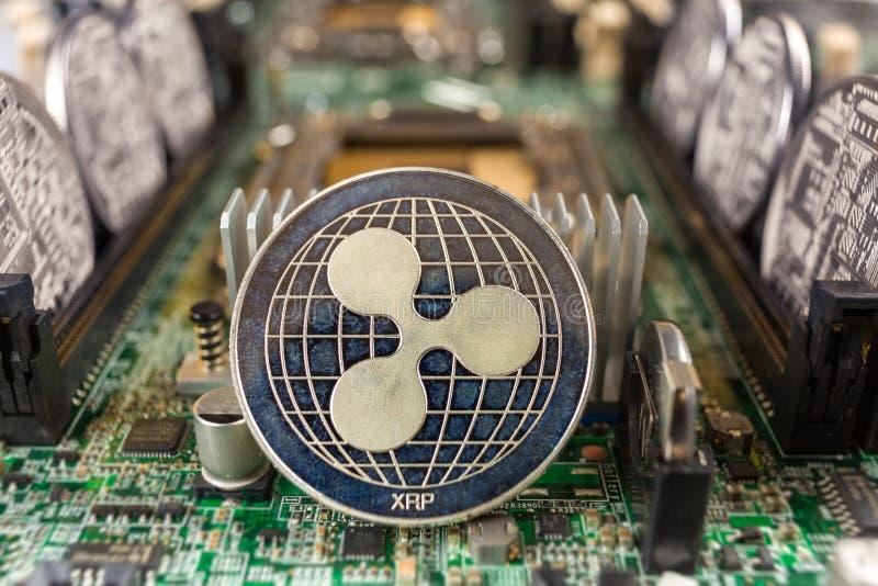Czochry moneta na technologia obwodzie obrazy stock