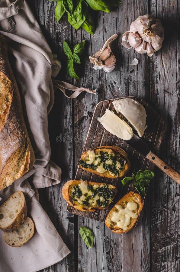 Czosnków ziele grzanka z świeżą mozzarellą zdjęcie royalty free