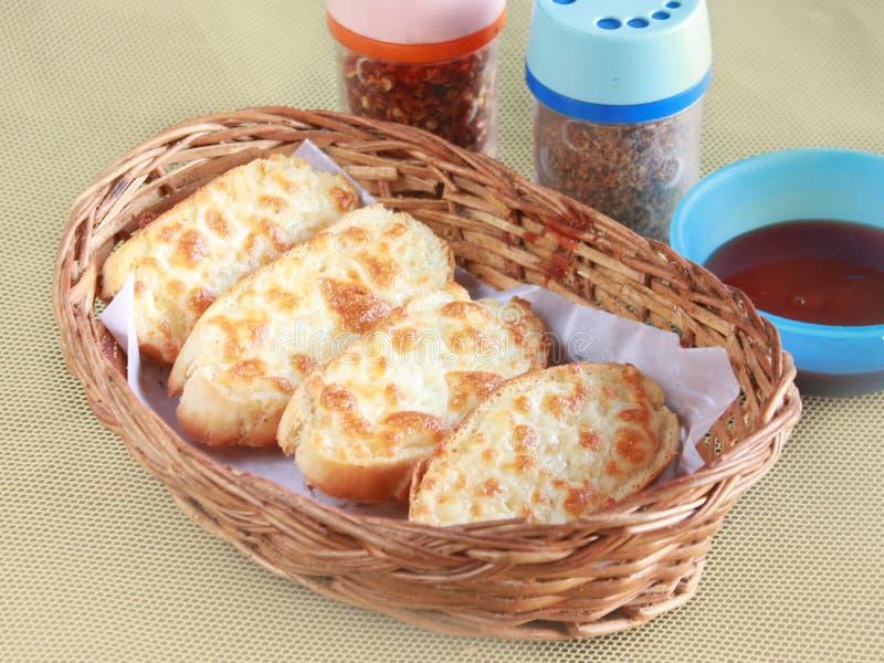 Czosnku serowy chleb z chłodnymi płatkami & kumberlandem obrazy royalty free