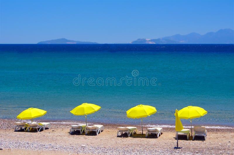 Cztery żółtego parasola na plaży w Grecja zdjęcie royalty free