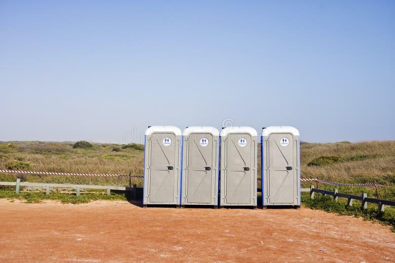 cztery żwiru udziału parking przenośnego urządzenia toalety obraz royalty free