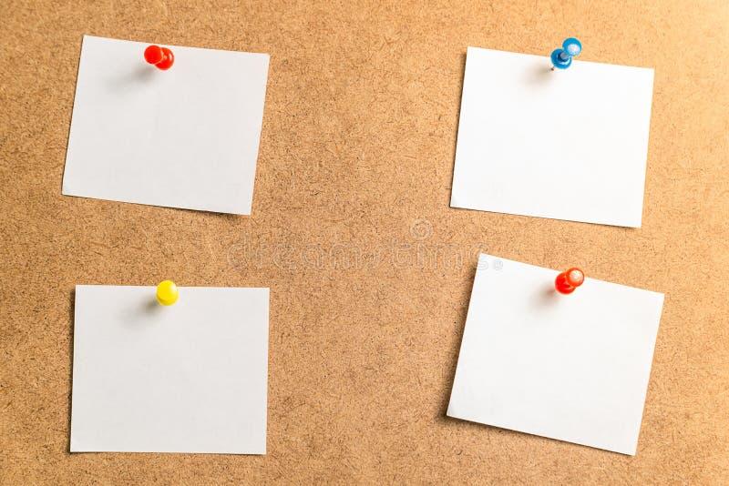 Cztery białego majcheru dla brać notatki na kartonowym tle obrazy stock
