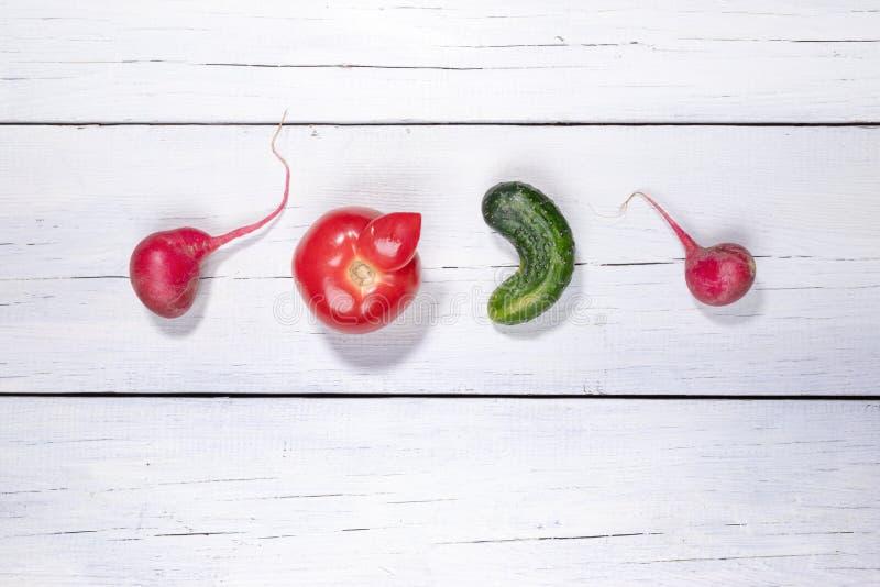 Cztery brzydkiego warzywa rozkładającego w rzędzie na białym drewnianym tle zdjęcia royalty free