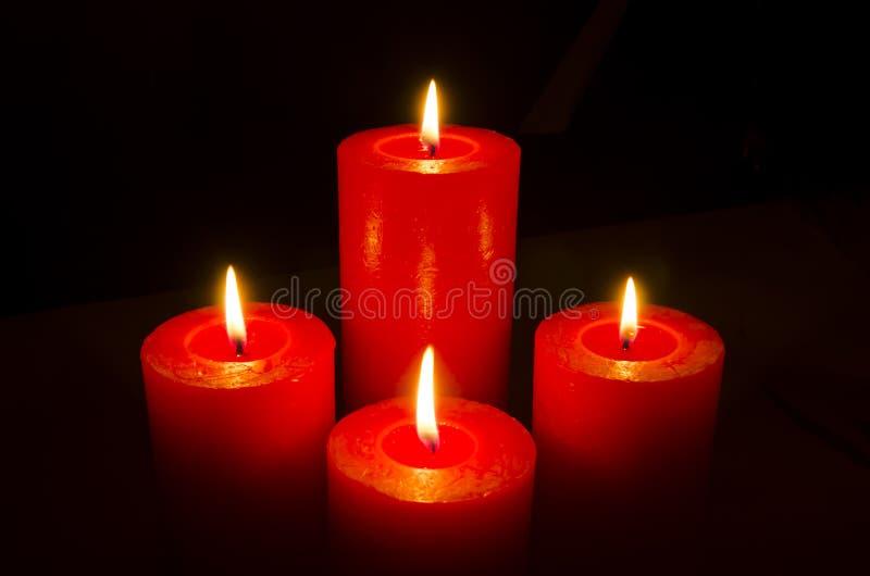 Cztery czerwonej płonącej świeczki dla adwentu zdjęcie stock