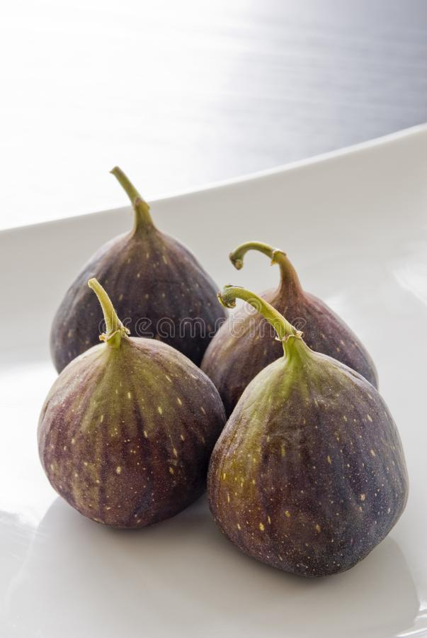Cztery figi owoc na białym talerzu fotografia stock