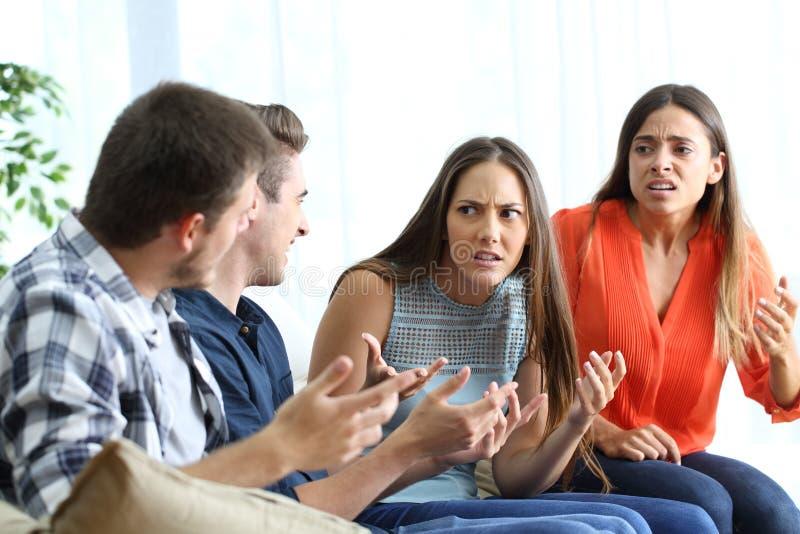 Cztery gniewnego przyjaciela walczy w domu zdjęcie stock