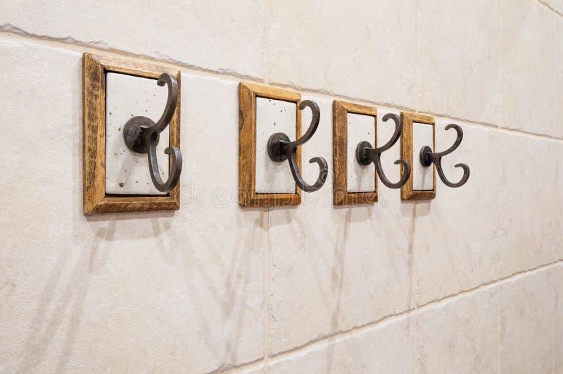 Cztery haczyka na łazienki ścianie obraz royalty free