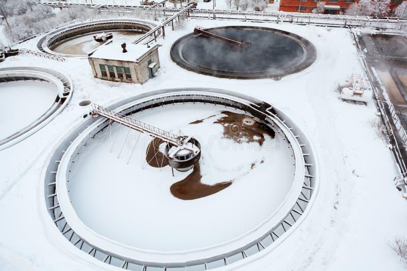 Kółkowi osadników zbiorniki na przemysłowym kanalizacyjnym zakładzie przeróbki obraz royalty free