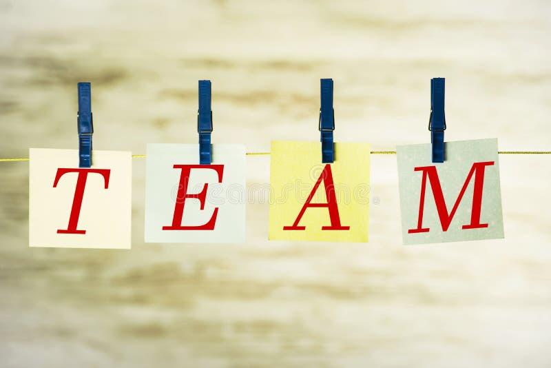 Cztery karty wiesza na sznurku z słowo drużyną, przymocowywali z błękitnymi klamrami zdjęcia stock
