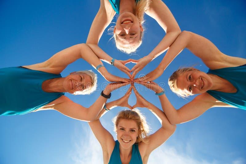 Cztery kobiet joga robi sprawność fizyczna ćwiczy na dennej plaży zdjęcia royalty free