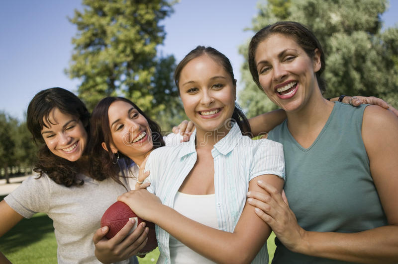Cztery kobiety bawić się futbol outdoors. obraz stock
