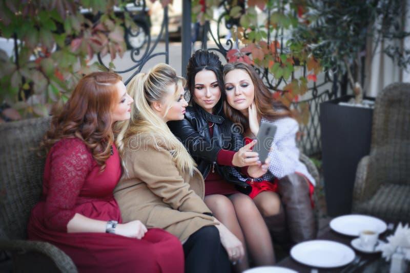 Cztery kobiety biorą selfie w kawiarni zdjęcie stock