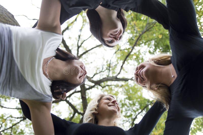 Cztery młodego dobrego dziewczyna przyjaciela ludzie w mieście zdjęcie royalty free
