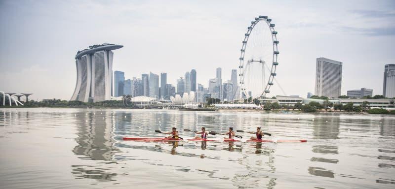 Cztery młodej kobiety wiosłuje na rzece zdjęcia royalty free