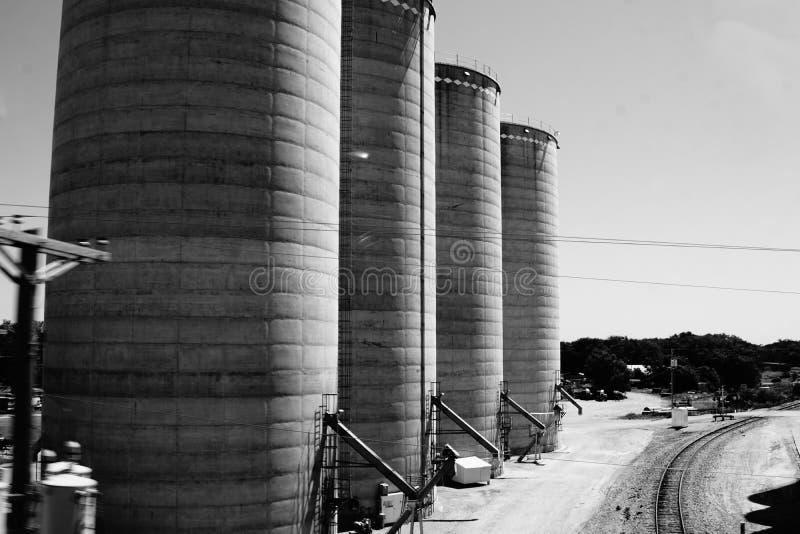 Cztery ogromnego silosu w czarny i biały zdjęcia stock