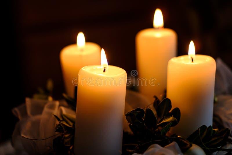Cztery płonącej świeczki na nastanie wianku obraz royalty free