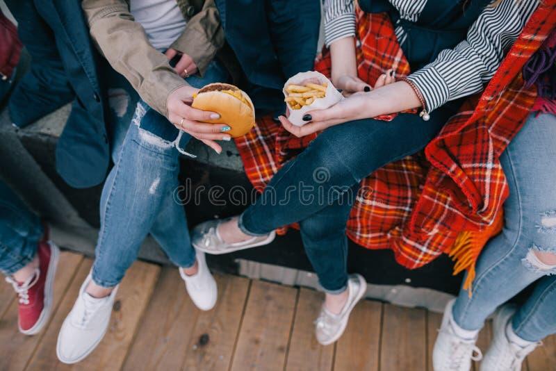 Cztery pary noga odgórny widok, zamkniętych przyjaciół spotykać obraz royalty free