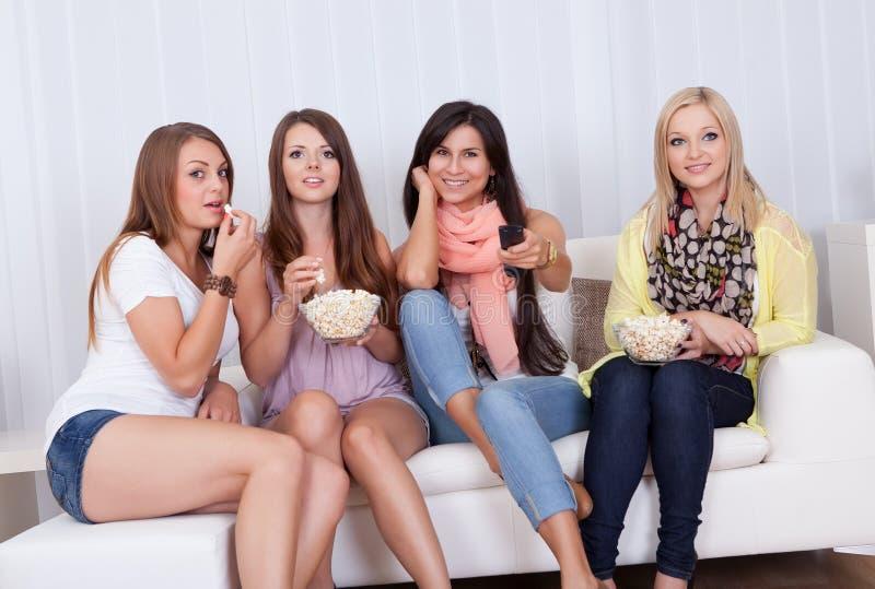 Cztery pięknej kobiety ogląda TV obraz stock