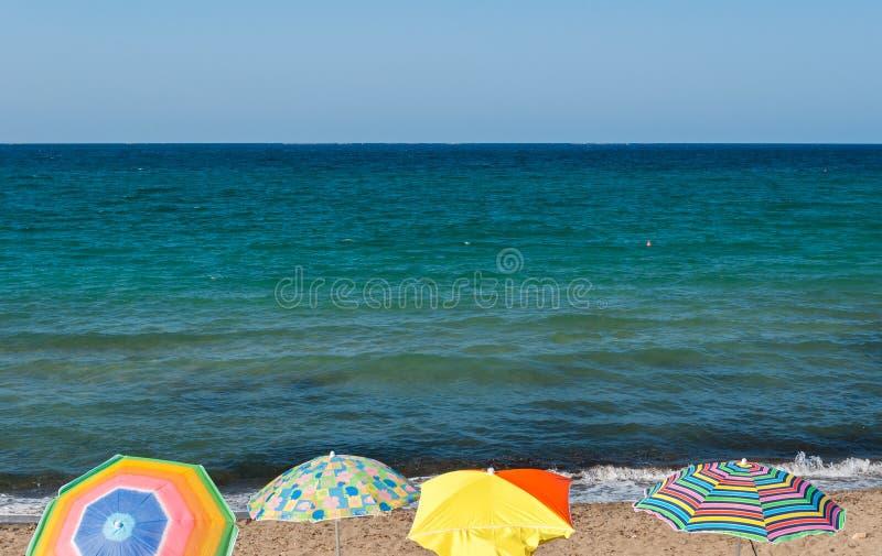 Cztery plażowego parasola w plaży Sicily podczas lata zdjęcie stock