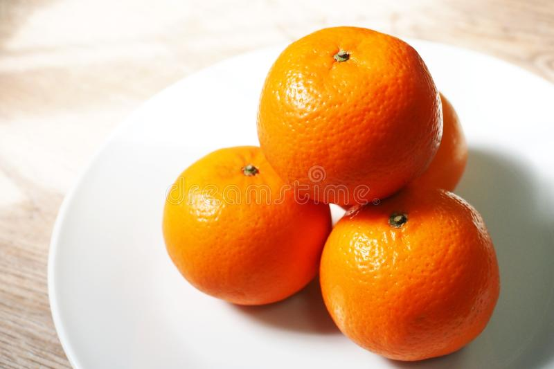 Cztery pomarańcze w talerzu obraz stock