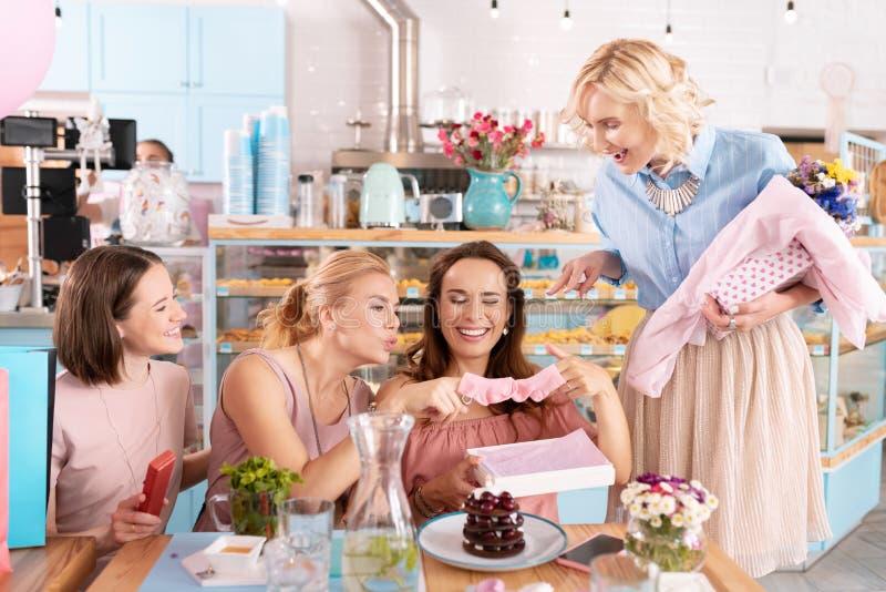 Cztery pomyślnej rodzinnej kobiety ma zabawę dyskutuje macierzyństwo obraz stock