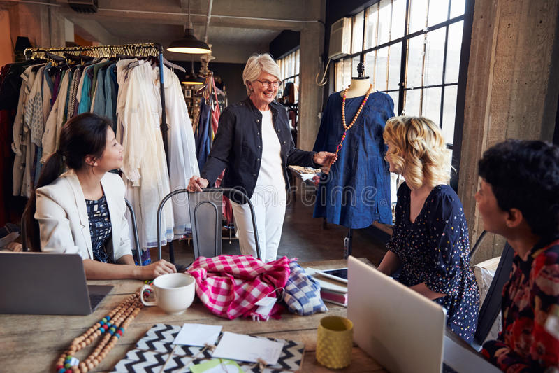 Cztery projektanta mody W spotkaniu Dyskutuje szatę zdjęcie royalty free