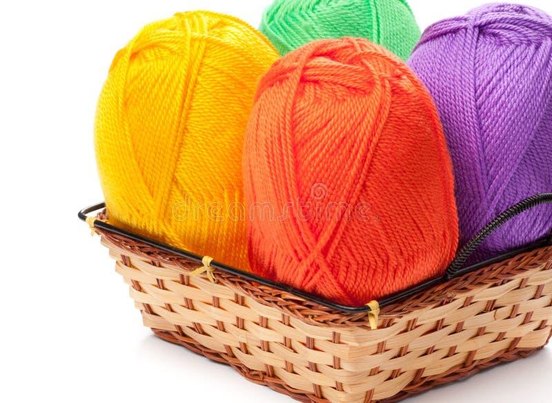 Cztery przędzy skeins w kolorze żółtym, pomarańcze, zieleń, purpura barwią obrazy stock