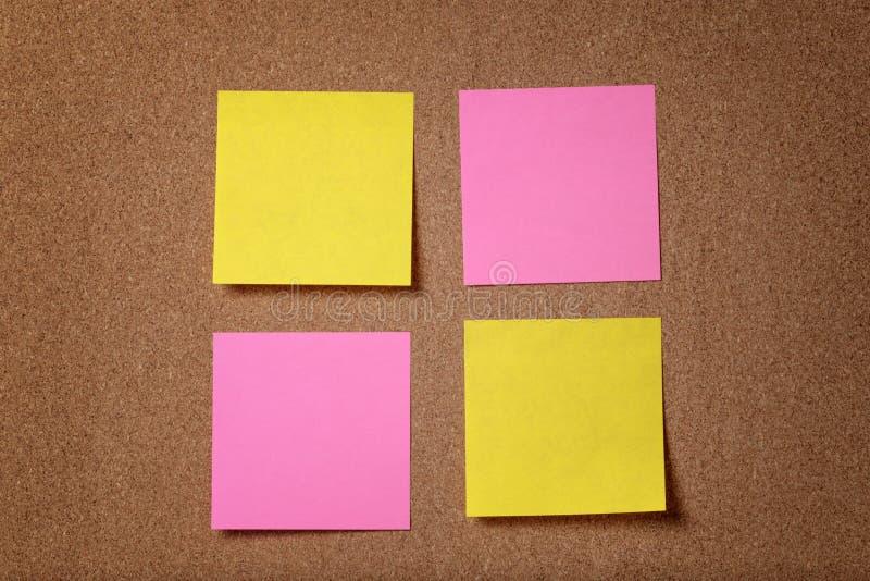 Cztery przypomnienie kleistej notatki na korek desce zdjęcie stock