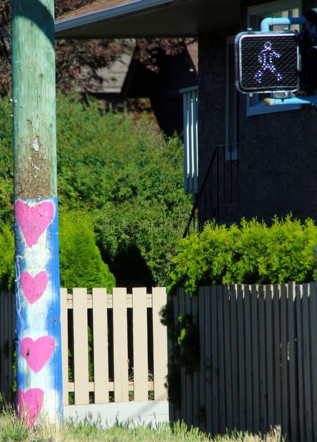 Cztery różowego serca malowali na wodnym słupie w Wiktoria zdjęcie stock