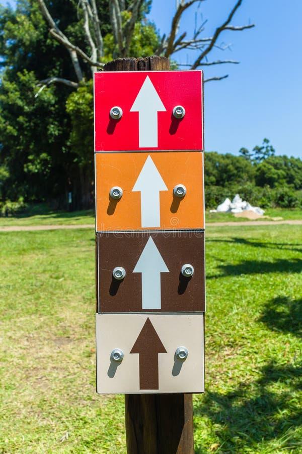 Cztery Strzałkowatego koloru kierunku znaka zdjęcie royalty free