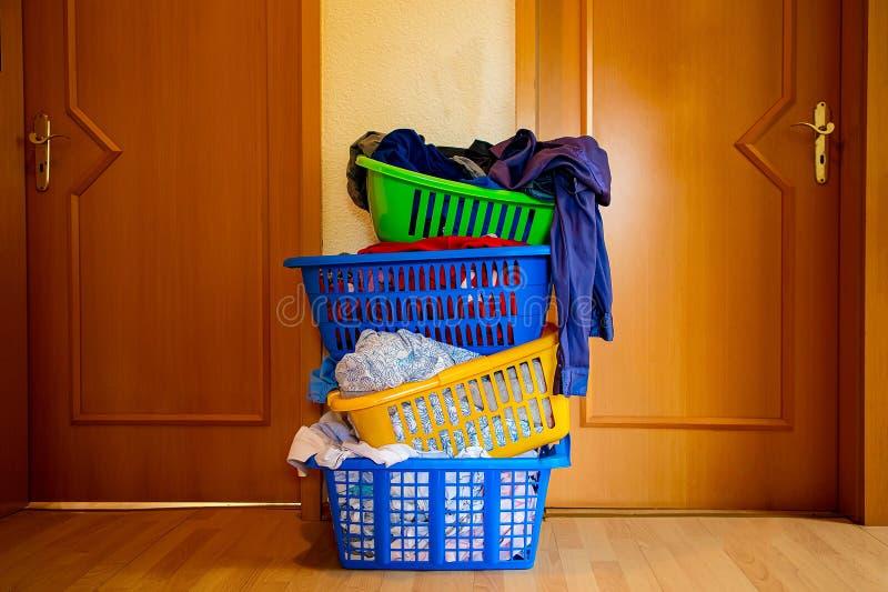 Cztery stubarwnego kosza z myjącą pralnią obraz stock