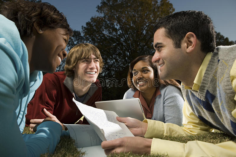 Cztery ucznia studiuje outdoors zdjęcie royalty free