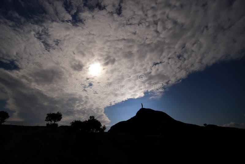 Czuć jak bóg na szczycie wzgórze w Meteor obraz stock