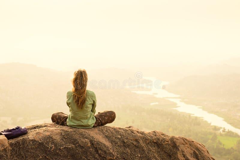 Czuć wolność i świeżość podczas ranek medytaci wewnątrz Ja fotografia royalty free