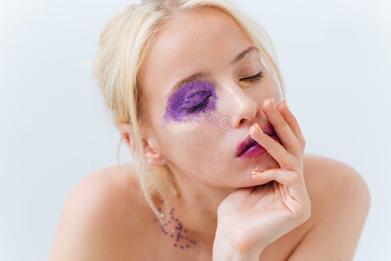 Czuła śliczna dziewczyna z jaskrawym kreatywnie makeup i oczy zamykający zdjęcie stock