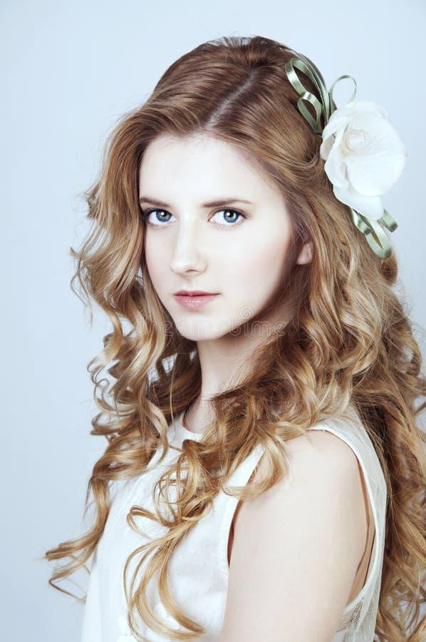 Czuła młoda kobieta z długim blondynem curtly zdjęcia stock