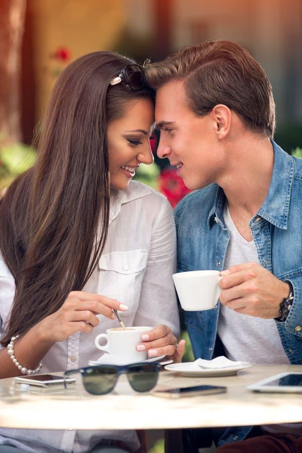 Czuła para przy kawiarnią obraz stock