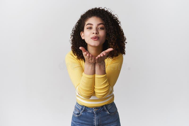 Czułej romantycznej atrakcyjnej kobiecej dziewczyny rasy chudy kamery chwyta ręk z włosami blisko składać wargi wysyłają powietrz obraz stock
