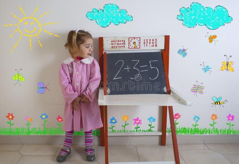 Czuły dziecko obok chalkboard fotografia royalty free