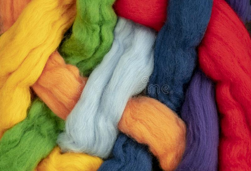 Czub włosy różni kolory przekręcający wpólnie tworzą kolory tęcza, konceptualna fotografia fotografia royalty free
