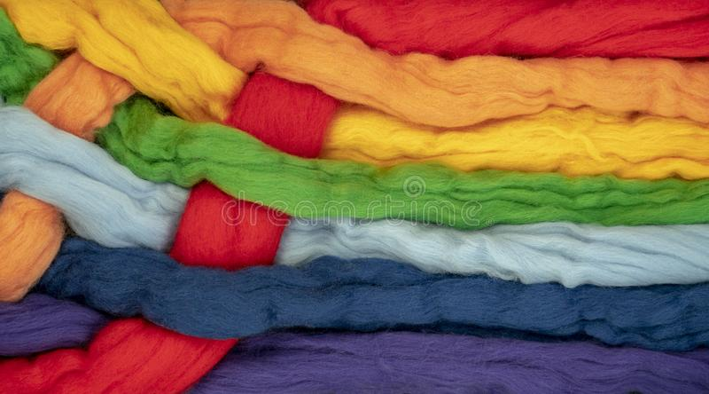 Czub włosy różni kolory przekręcający wpólnie tworzą kolory tęcza, konceptualna fotografia obrazy royalty free